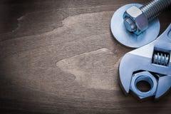 金属化活络扳子螺栓洗衣机建筑坚果和scre 免版税库存照片
