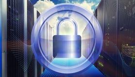 金属化围绕框架在挂锁安全附近有服务器在技术和网络概念的数据中心背景 免版税库存照片