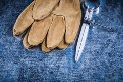 金属化建筑分切器皮革在金属sur的安全手套 免版税库存图片