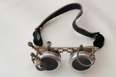 金属化steampunk玻璃,使用Google在白色背景,关闭  图库摄影