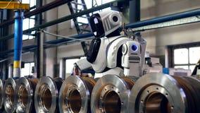 金属卷得到操练由一个高机器人 影视素材