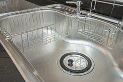 金属厨房水槽的特写镜头 免版税库存照片
