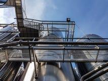 金属台阶和段落在巨大的金属水库中 免版税库存照片