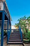 金属台阶在蓝天下 免版税库存照片