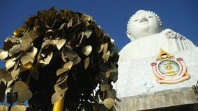 金属叶子愿望树和白色大菩萨雕象在普吉岛海岛,泰国 著名佛教和旅游地方视图 影视素材