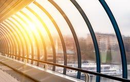 金属和玻璃的被成拱形的建筑 象走廊 图库摄影