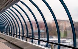 金属和玻璃的被成拱形的建筑 象走廊 库存照片