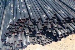 金属和铝管子堆在运输的货物仓库里对工厂 免版税库存照片
