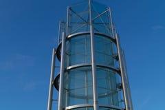 金属和玻璃塔建筑背景 免版税图库摄影