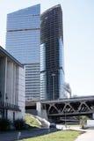 金属和玻璃摩天大楼在河附近的一个大城市 免版税库存照片