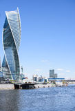 金属和玻璃摩天大楼在河附近的一个大城市 图库摄影