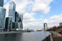金属和玻璃摩天大楼在河附近的一个大城市 库存图片