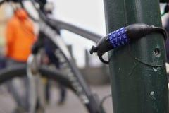 金属四数字的宏观细节骑自行车为保证自行车的安全和安全使用的号码锁在城市 免版税库存照片