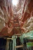 金属在一个蛋白石矿外面的梯子攀登 免版税库存图片