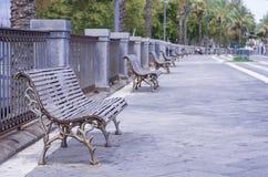 金属在公园,卡塔尼亚,西西里岛,意大利装饰了壮观的wrought-iron长凳 库存图片