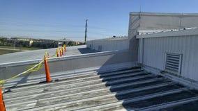 金属在商业屋顶的屋顶修理 免版税库存照片