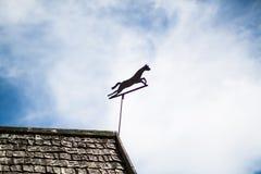 金属在屋顶的马装饰 库存照片