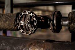 金属在工业管子的轮子阀门 免版税库存照片