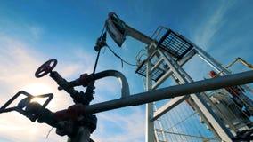 金属在工作的油塔 化石燃料能,油泵, Pumpjack工作 股票视频