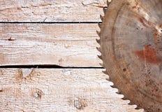金属在木背景的锯条 免版税图库摄影