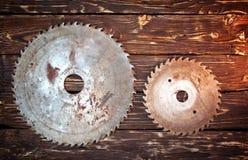 金属在木背景的锯条 免版税库存图片