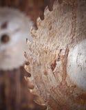 金属在木背景的锯条 免版税库存照片
