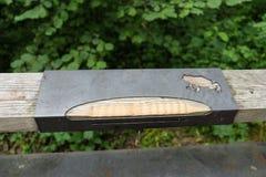 金属在木路轨的青蛙雕塑 免版税库存图片