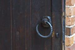 金属在木门的门圆环 免版税库存图片