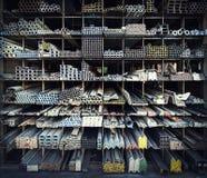 金属在架子的管子堆 免版税库存图片