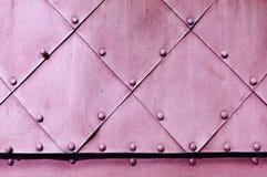金属在浅粉红色的颜色的难看的东西背景 库存照片