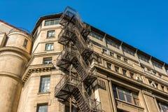 金属在老大厦的防火梯台阶 免版税图库摄影