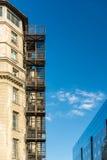 金属在老大厦的防火梯台阶 免版税库存图片
