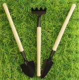 金属在草的园艺工具 免版税图库摄影