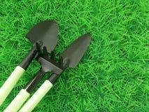 金属在草的园艺工具 库存照片