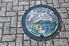 金属在Kawaguchiko的下水道出入孔 免版税库存图片