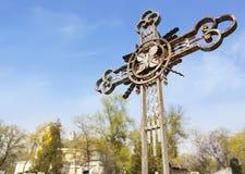 金属坟园十字架 库存图片