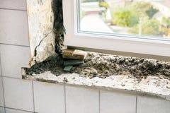 金属塑料窗口的替换在房子里 被毁坏的浓缩 免版税库存图片