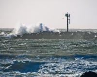 金属塔岩石跳船碰撞的波浪 免版税库存图片