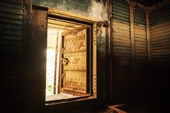 金属墙壁和开放重的钢门 免版税图库摄影