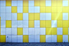 金属墙壁的纹理,被构筑以两个颜色的形式色的正方形  外部的现代墙壁设计居住 免版税库存图片