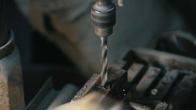 金属处理-钻子在车间操练铁项目 股票视频