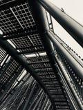 金属太阳能盘区的曲拱桥梁/黑白 库存照片