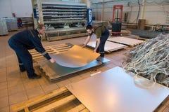 金属夹心板制造和装配船的 图库摄影