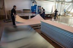 金属夹心板制造和装配船的 免版税库存图片