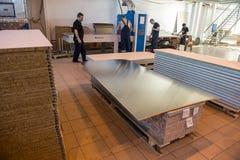 金属夹心板制造和装配船的 库存图片