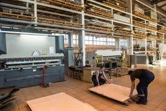 金属夹心板制造和装配船的 免版税库存照片
