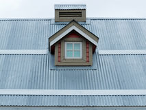 金属屋顶小天窗建筑学细节 免版税图库摄影