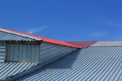 金属屋顶的片段 免版税库存图片