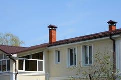 金属屋顶建筑 有的议院大窗口 雨天沟 同轴的烟囱 有单独热化的议院 图库摄影
