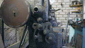 金属工作凳工作在车库或车间 齿轮转动接触 正面图慢动作关闭 影视素材